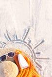 Zandtextuur met hoed, handdoek, zonnescherm en zonnebril op strand Stock Afbeeldingen