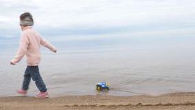 Zandtherapie de kindspelen met het zand Speelgoed in het zand van het overzees stock footage