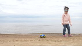 Zandtherapie de kindspelen met het zand Speelgoed in het zand van het overzees stock videobeelden