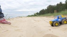Zandtherapie de kindspelen met het zand Speelgoed in het zand van het overzees stock video