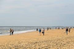 Zandvoort, 10 giugno olandese 2017: I turisti stanno camminando seguendo la linea del mare Zandvoort è una località di soggiorno  fotografia stock
