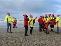 Zandvoort Nederländerna - 1 Januari 2019: traditionella nya år Dive Nieuwjaarsduik Dansa vattenräddningsmanskapet Reddingsbrigade royaltyfri fotografi