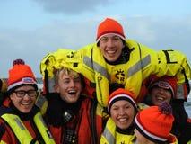 Zandvoort Nederländerna - 1 Januari 2019: traditionella nya år Dive Nieuwjaarsduik Lycklig vattenräddningsmanskap Reddingsbrigade royaltyfria bilder