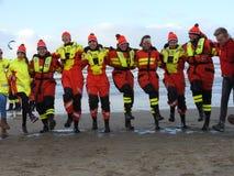 Zandvoort Nederländerna - 1 Januari 2019: traditionella nya år Dive Nieuwjaarsduik Lycklig vattenräddningsmanskap Reddingsbrigade royaltyfri foto