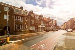 Zandvoort nederländska Juni 10 2017: Arkitektur och gator av den gamla staden Zandvoort är en huvudsaklig havssemesterort och Arkivbilder