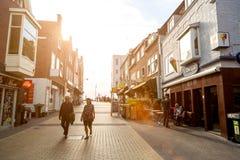 Zandvoort nederländska Juni 10 2017: Arkitektur och gator av den gamla staden Zandvoort är en huvudsaklig havssemesterort och Royaltyfri Bild