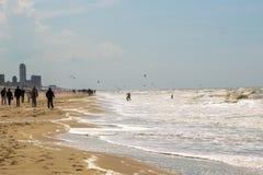 Zandvoort, Nederland 10 Juni 2017: De toeristen lopen volgens de overzeese lijn Zandvoort is een hoofd overzeese toevlucht en Royalty-vrije Stock Fotografie