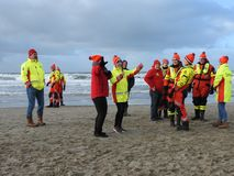 Zandvoort, os Países Baixos - 1 Januari 2019: anos novos tradicionais de Dive Nieuwjaarsduik Equipe de salvamento de dança Reddin fotografia de stock royalty free