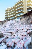 Zandzakken tegen stranderosie Royalty-vrije Stock Foto's
