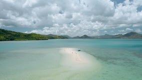 Zangão aéreo - barco do banca do turista amarrado no sandbar durante a maré baixa Ilhas cercadas e nuvens brancas que movem n video estoque