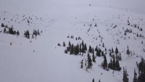 Zangão aéreo de Tatras da montanha de Jasna Slovakia da estância de esqui opinião superior 4K do baixo vídeos de arquivo