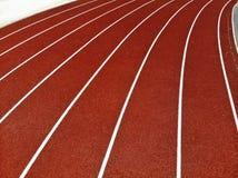Zangão aéreo disparado de uma pista de atletismo fotografia de stock