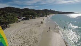 Zangão aéreo dos povos que andam na praia video estoque