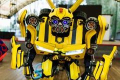 Zangão amarelo do transformador trajado para a festa de anos do bebê imagens de stock