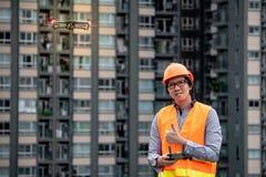 Zangão asiático novo do voo do coordenador sobre o canteiro de obras Imagens de Stock