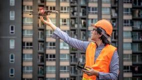 Zangão asiático novo do voo do coordenador sobre o canteiro de obras Fotos de Stock