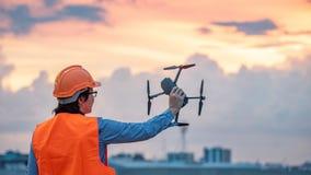 Zangão asiático novo do voo do coordenador sobre o canteiro de obras Imagem de Stock Royalty Free