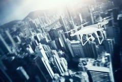 Zangão branco do ar de Matte Generic Design Remote Control da foto com o céu do voo da câmera da ação sob a cidade Megapolis mode ilustração royalty free