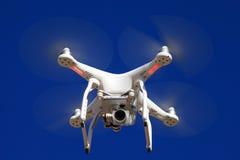 Zangão branco equipado com a câmara de vídeo 4K de alta resolução Foto de Stock Royalty Free