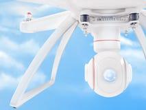 Zangão branco moderno que paira em um céu azul brilhante 3d Fotos de Stock