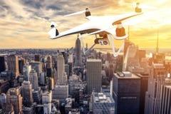 Zangão com a câmara digital que voa sobre New York City Fotos de Stock Royalty Free