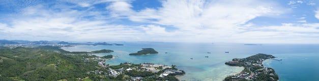 Zangão da vista aérea disparado da ilha bonita da ilha de phuket do panorama em Tailândia fotografia de stock royalty free