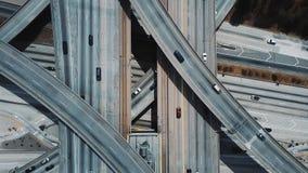 Zangão da vista superior que zumbe para fora na grande interseção da estrada com os carros que movem-se com as estradas niveladas filme