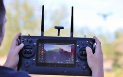 Zangão de funcionamento da câmera do homem com sistema de rádio-controlo Fotografia de Stock Royalty Free