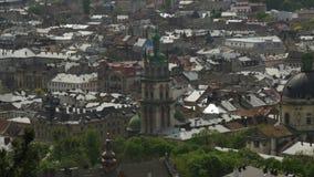 Zangão disparado das partes superiores dos telhados de Lviv Vista geral filme