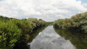 Zangão disparado de um rio na zona de clima temperado Europa, Ucrânia, Vinnytsia a?reo video estoque