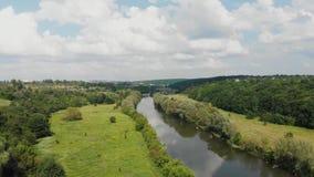Zangão disparado de um rio na zona de clima temperado Europa, Ucrânia, Vinnytsia a?reo vídeos de arquivo