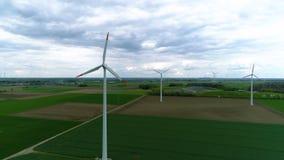 Zangão disparado de uma exploração agrícola de vento vídeos de arquivo