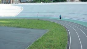 Zangão disparado do corredor da mulher durante o exercício na trilha video estoque