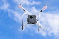 Zangão do quadcopter do fantasma 4 novos dos aviões DJI o pro com a câmara de vídeo 4K e voo remoto sem fio do controlador no céu Fotos de Stock
