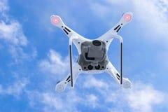 Zangão do quadcopter do fantasma 4 novos dos aviões DJI o pro com a câmara de vídeo 4K e voo remoto sem fio do controlador no céu Foto de Stock Royalty Free