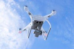 Zangão do quadcopter do fantasma 4 novos dos aviões DJI o pro com a câmara de vídeo 4K e voo remoto sem fio do controlador no céu Imagens de Stock Royalty Free