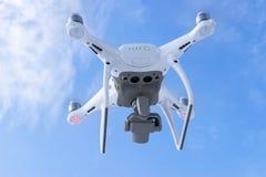Zangão do quadcopter do fantasma 4 novos dos aviões DJI o pro com a câmara de vídeo 4K e voo remoto sem fio do controlador no céu Imagens de Stock