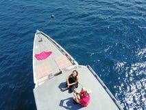 Zangão do voo acima do barco Fotografia de Stock