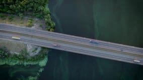 Zangão do voo sob a água e a ponte da remoção de ervas daninhas filme