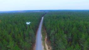 Zangão, helicóptero que voa sobre a área de monitoração da floresta video estoque