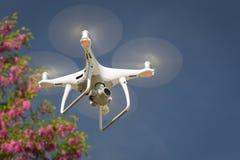 Zangão 2não pilotado do sistema de aviões UAV Quadcopter no ar Fotos de Stock