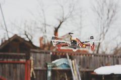 Zangão no voo aéreo no campo Tecnologias modernas para capturar a foto e o vídeo Imagens de Stock Royalty Free