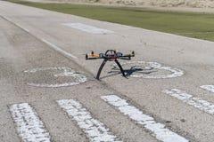 Zangão profissional pronto para voar no aeródromo foto de stock