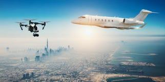 Zangão que voa perto do avião comercial Fotografia de Stock