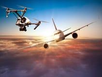 Zangão que voa perto do avião comercial Imagem de Stock
