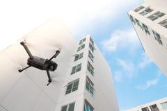 Zangão que voa sobre no fundo da construção Fotografia de Stock Royalty Free