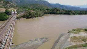 Zangão que voa sobre o Puente de Occidente em Colômbia, perto de Medellin