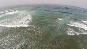 Zangão que voa sobre o revestimento protetor de Califórnia do norte de ondas de oceano para a costa video estoque