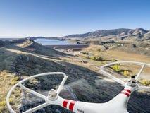 Zangão que voa sobre o vale da montanha Foto de Stock