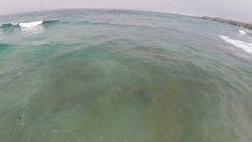 Zangão que voa sobre ondas de oceano Califórnia do norte video estoque